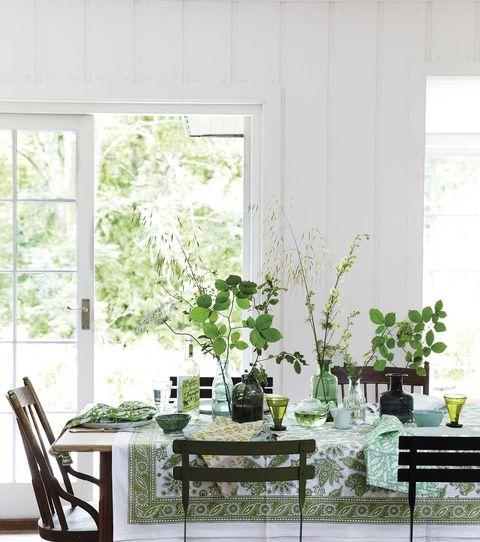 mesa de comedor vestida con motivos naturales