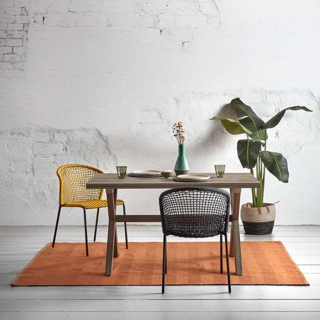 comedor con mesa de madera y sillas de fibras