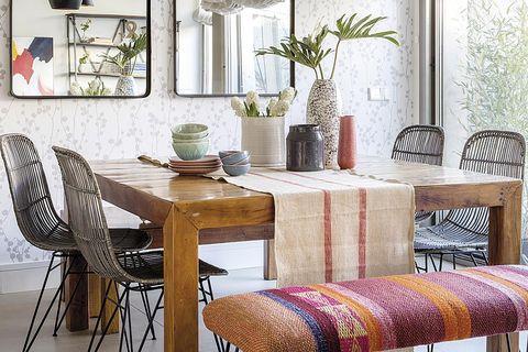 comedor moderno con gran mesa cuadrada de madera
