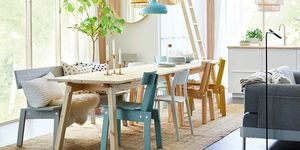 Comedor de madera con sillas diferentes