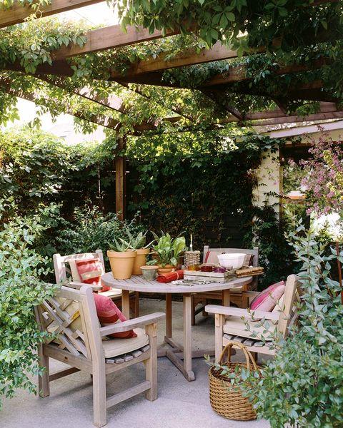 Comedor exterior a la sombra:Muebles de madera