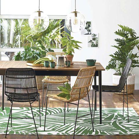 Comedor de madera con plantas