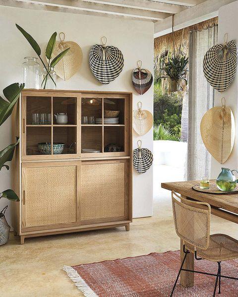 comedor de madera con abanicos de fibra en las paredes