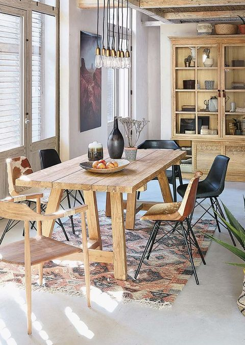Comedor de madera con vitrina