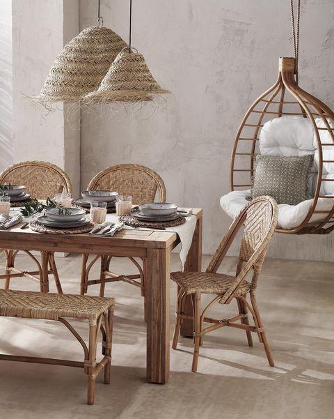 comedor de madera con lámparas de paja