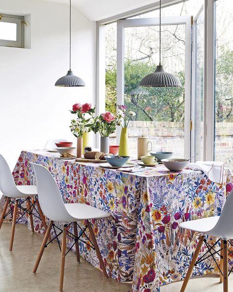 comedor con mesa alargada y mantel de flores