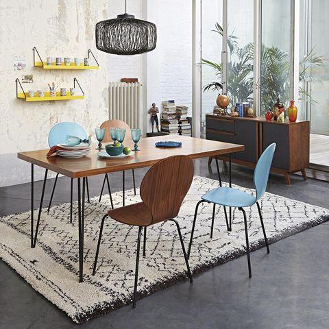 comedor estilo mid century con sillas diferentes