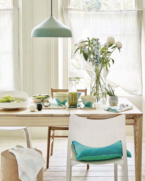 comedor de madera con sillas blancas