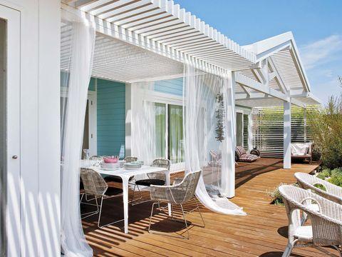 una casa azul con porche y piscina en comporta, portugal