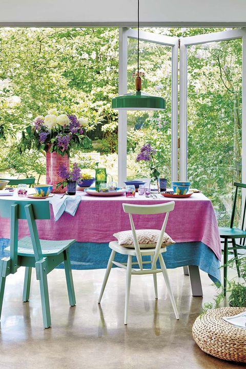 comedor primaveral en rosa azul y verde, con flores