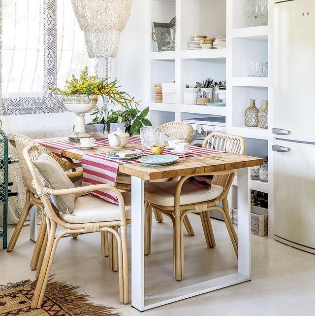 comedor con mesa de madera y sillas de caña