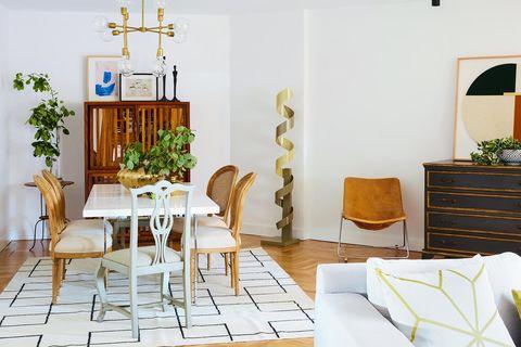 comedor con mesa blanca y sillas clásicas