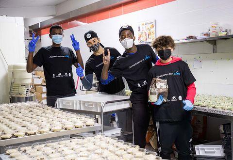 """voluntarios trabajan en las cocinas de """"comedores con alma"""" para preparar los menús de nochebuena de caixabank, la ong cesal y el ayuntamiento de madrid"""
