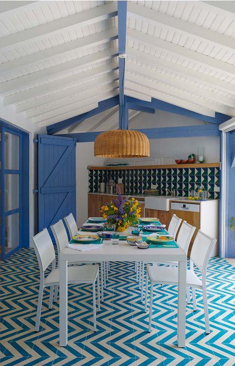 un comedor de exterior en tonos azules