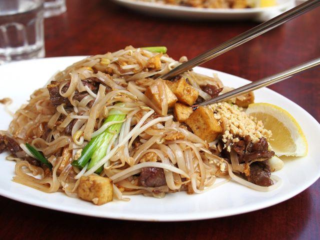 comida tailandesa con tulsi o albahaca sagrada