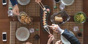 Cómo comer sushi en un restaurante japonés