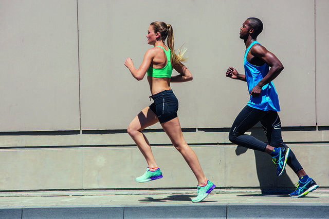una mujer y un hombre entrenan en la calle para correr una media maratón en menos de dos horas