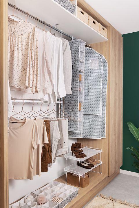 armario ordenado con cajas colocadas compactor