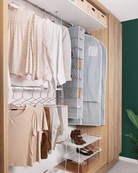 armario con fundas de ropa compactor