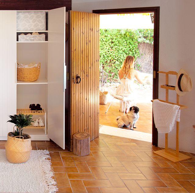 preciosa casa ordenada con compactor y una chica y un perro en la terraza