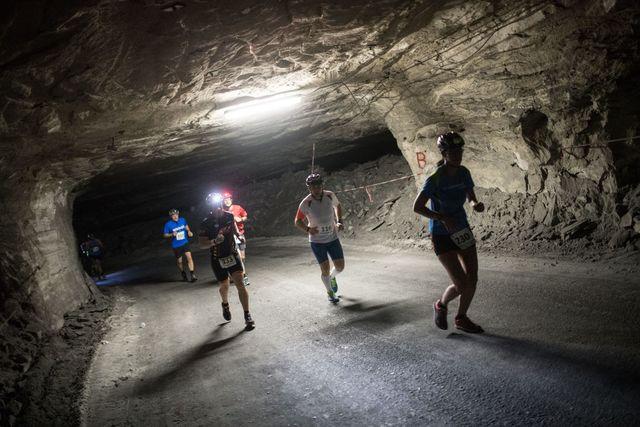 varios corredores corren en el interior de una mina