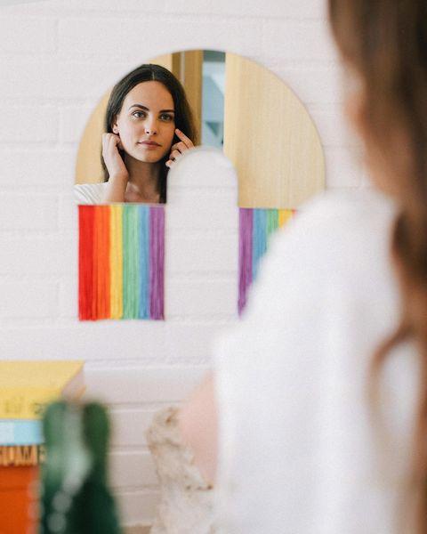 espejo arcoíris con flecos, de doiy