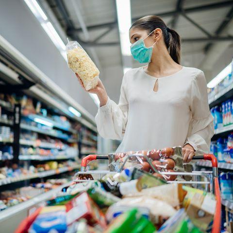 mujer haciendo la compra con mascarilla en el supermercado
