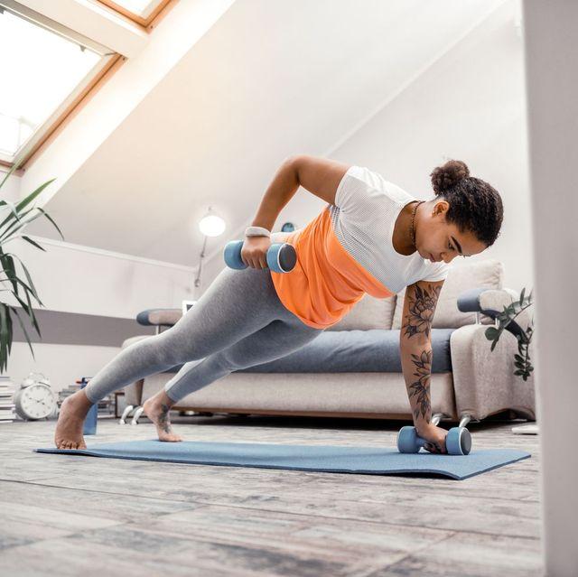 20款啞鈴訓練在家就可做!只要一對啞鈴5分鐘教你練核心、瘦手臂