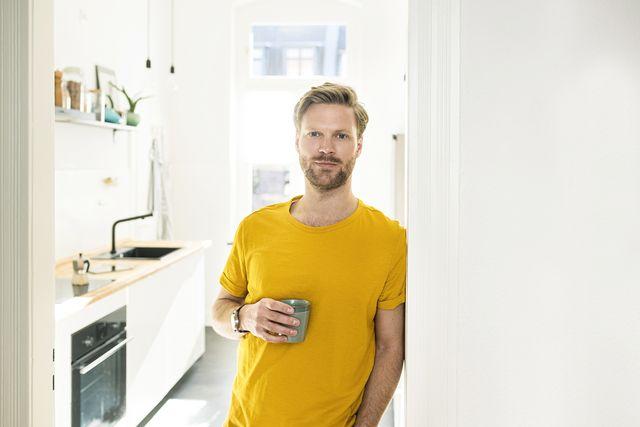 hombre cafe cocina