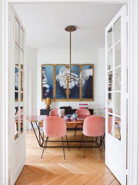 Comedor con sillas rosas en un piso de París