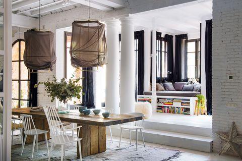 Comedor y zona de lectura en un piso de Barcelona
