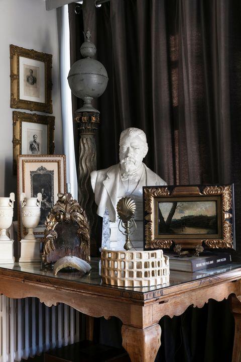 Salón con colección expuesta