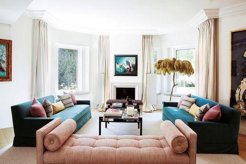 Salón con sofás de colores