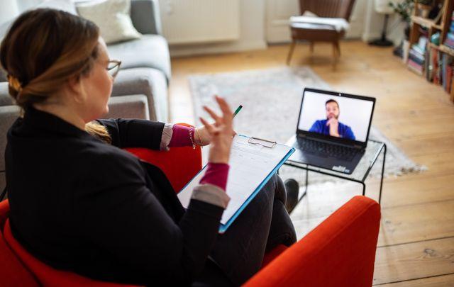 una psicoterapeuta da una consulta online a un paciente que quiere cuidar su salud mental