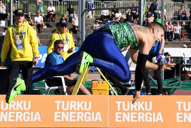 el alemán johannes vetter vuela lateralmente después de un lanzamiento de jabalina en la reunión de turku finlandia del continental tour