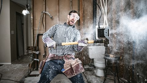 Man doet klusjes in huis zelf met sloophamer in de keuken en wc met veel stof en rommel