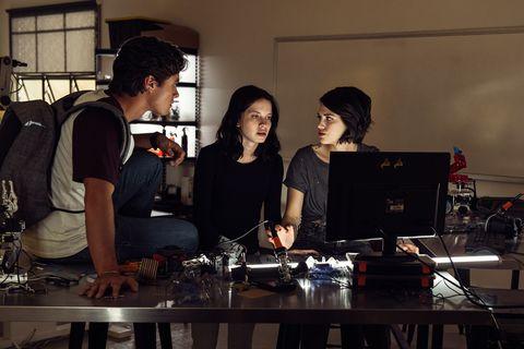 un grupo de chicos miran un ordenador en la serie control z