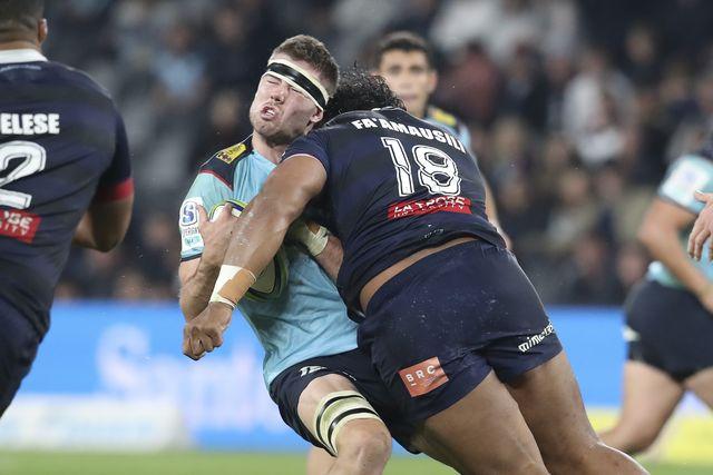 un hombre sufre una posible contusión durante un partido de rugby en australia