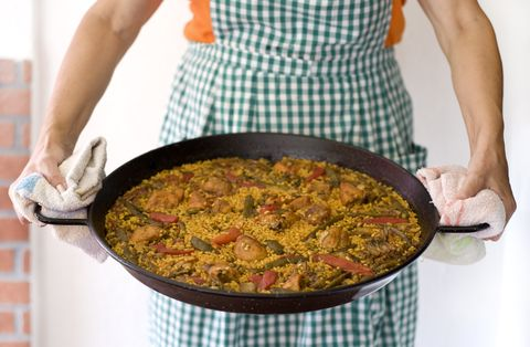 Cooker holds freshly cooked paella