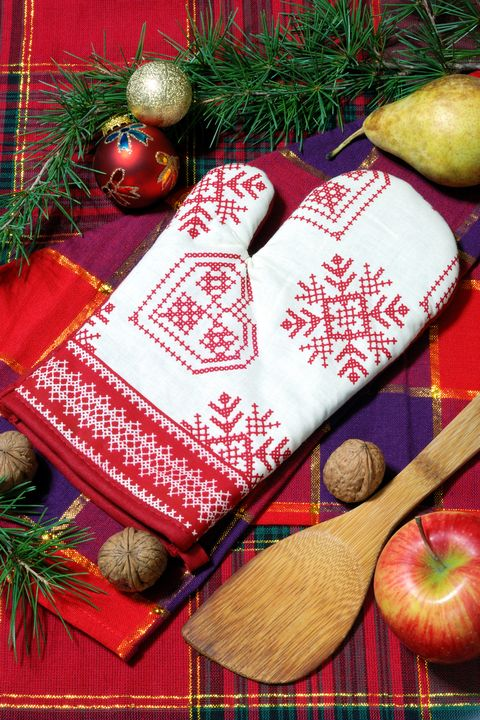 christmas games - oven mitt game