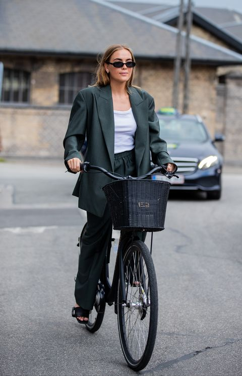 Street fashion, Bicycle, Fashion, Vehicle, Snapshot, Jacket, Mode of transport, Blazer, Outerwear, Recreation,