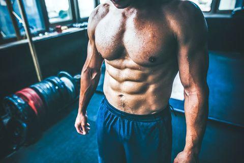 hombre con un abdominal bien definido
