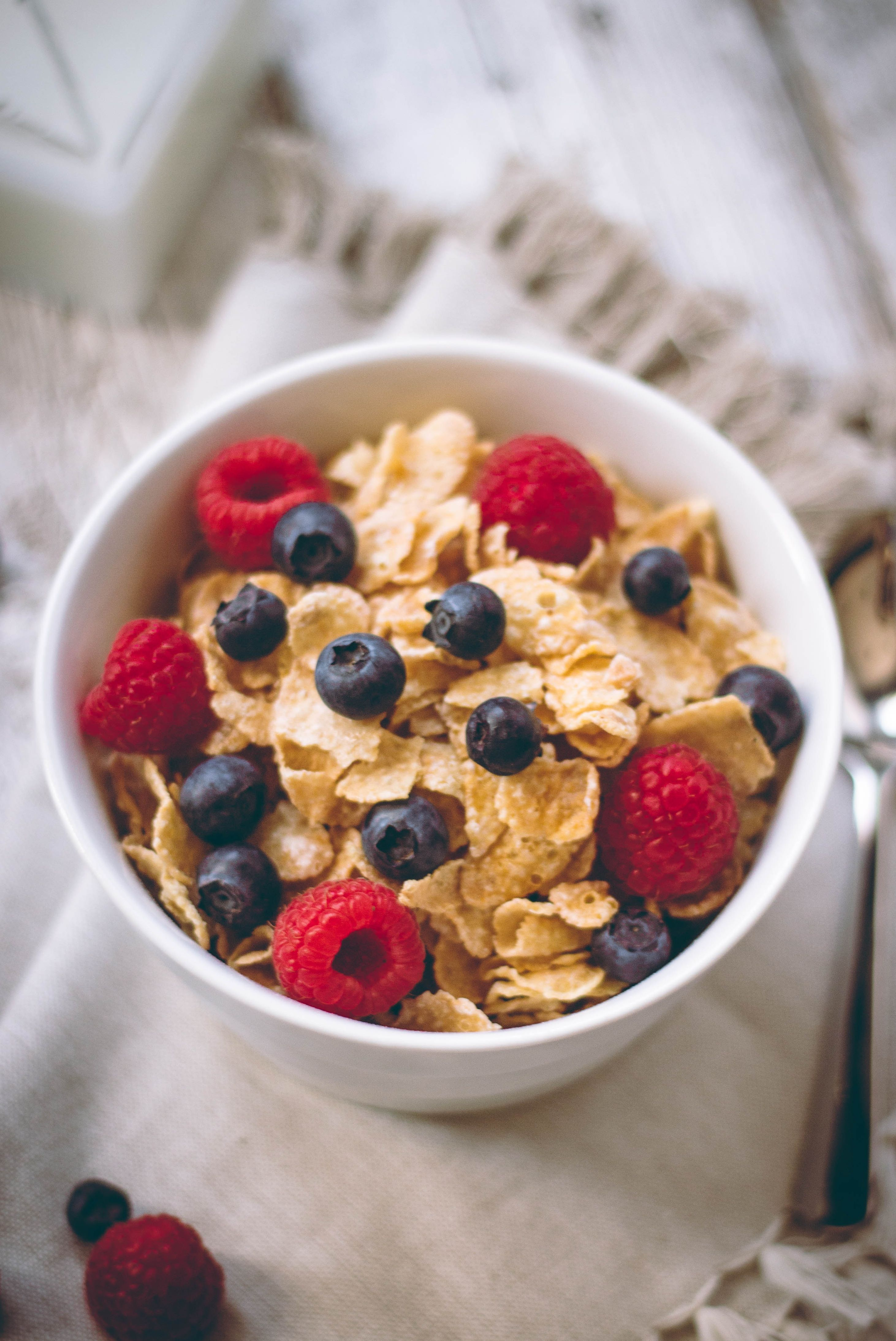 Cornflakes with blueberries and raspberries