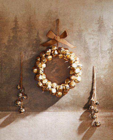 Corona de cascabeles dorados