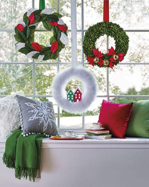 manualidades navideñas coronas de adviento en la ventana