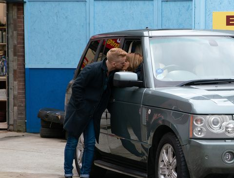 Gary Windass and Maria Connor kiss in Coronation Street