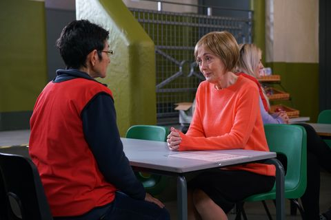 yasmeen metcalfe gets a visitor in coronation street