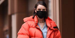 Vrouw draagt mondkapje tijdens New York Fashion Week tegen coronavirus.