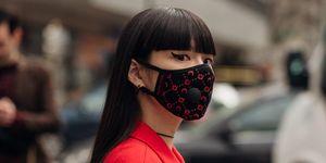 De impact van het coronavirus op de mode-industrie: bezoeker van Paris Fashion Week.