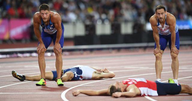 varios deportistas de decatlón acaban extenuados una prueba
